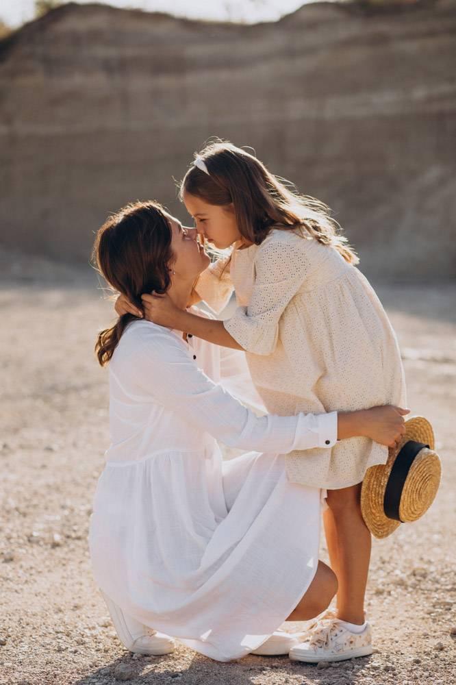 母亲和女儿一起玩得开心_10298342
