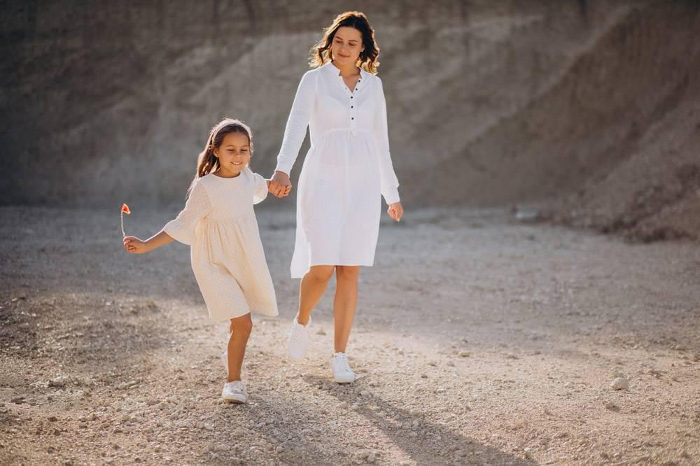 母亲和女儿一起玩得开心_10298534