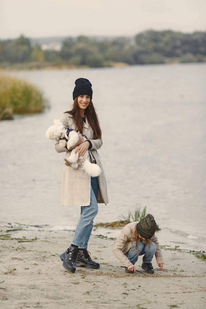 母亲和女儿在玩狗宠物家畜和生活方式概_11191243