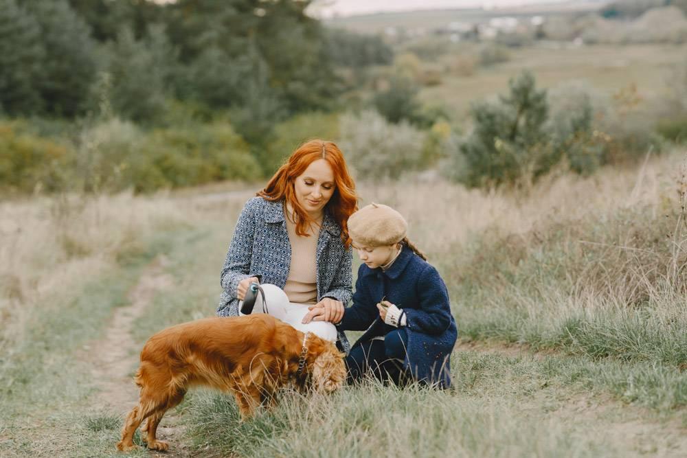 母亲和女儿在玩狗秋天公园的一家人宠物_11193353