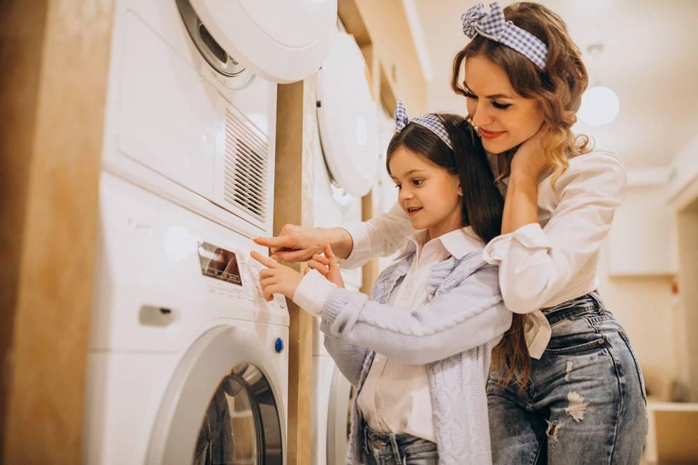 母亲和女儿在自助洗衣店洗衣服_6636897