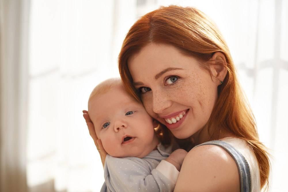 母亲和她的孩子在室内摆姿势_11193597