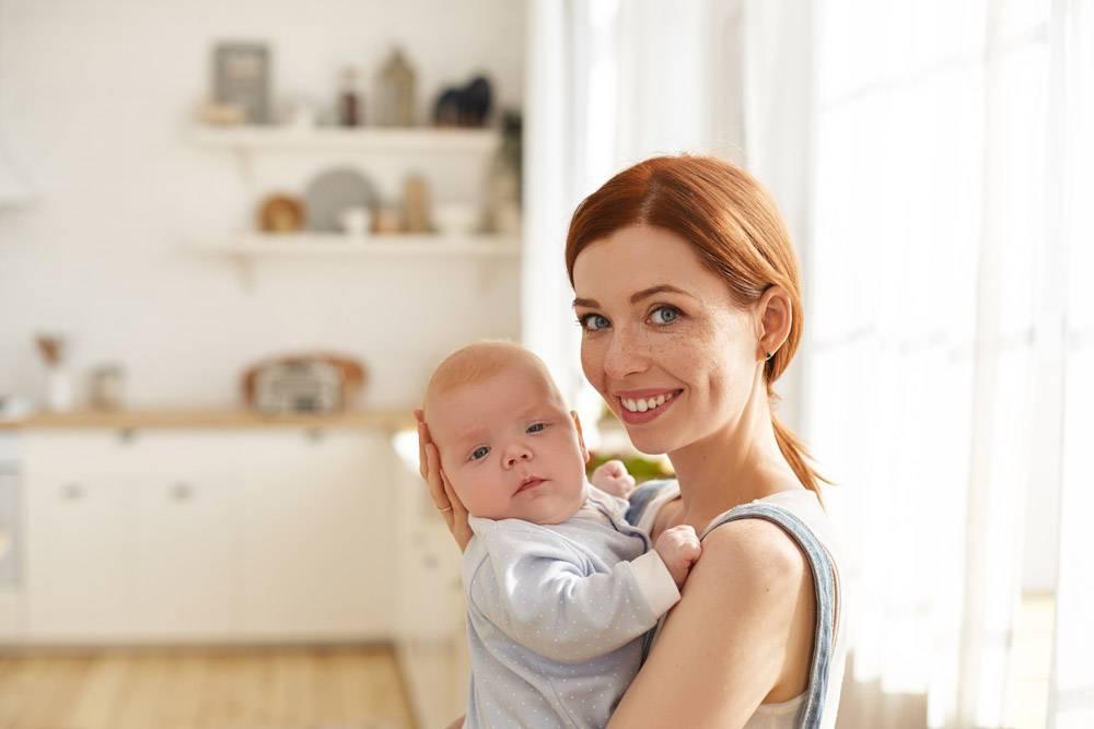 母亲和她的孩子在室内摆姿势_11193604