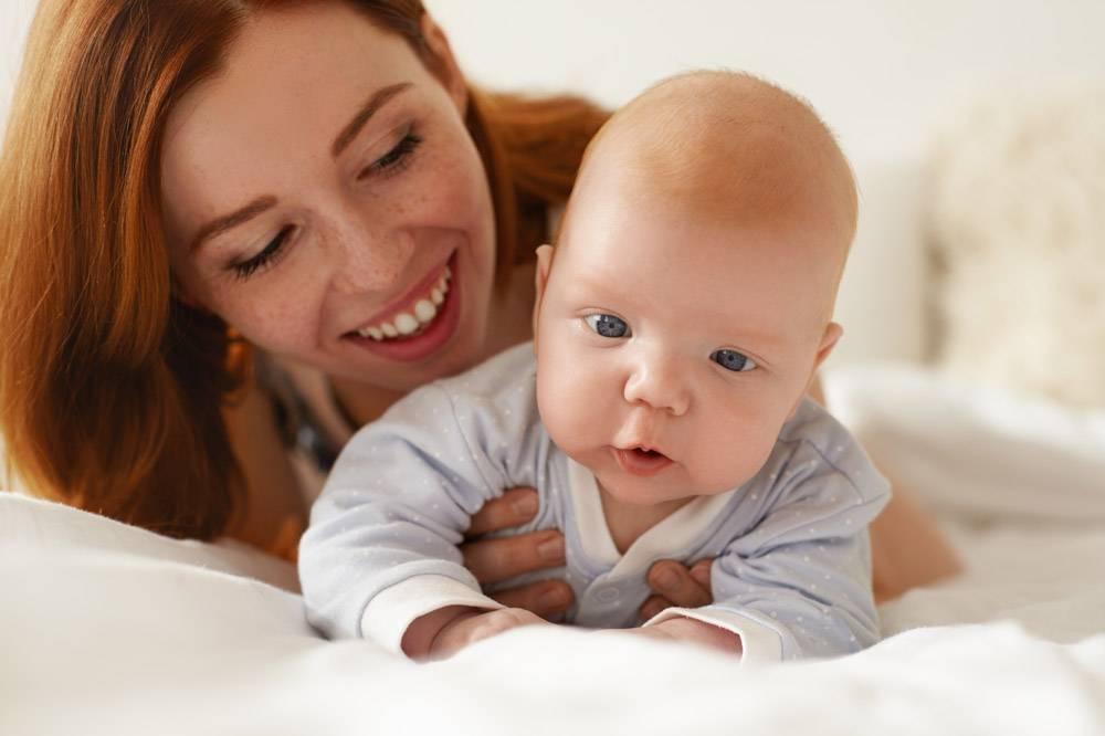 母亲和她的孩子在室内摆姿势_11193631