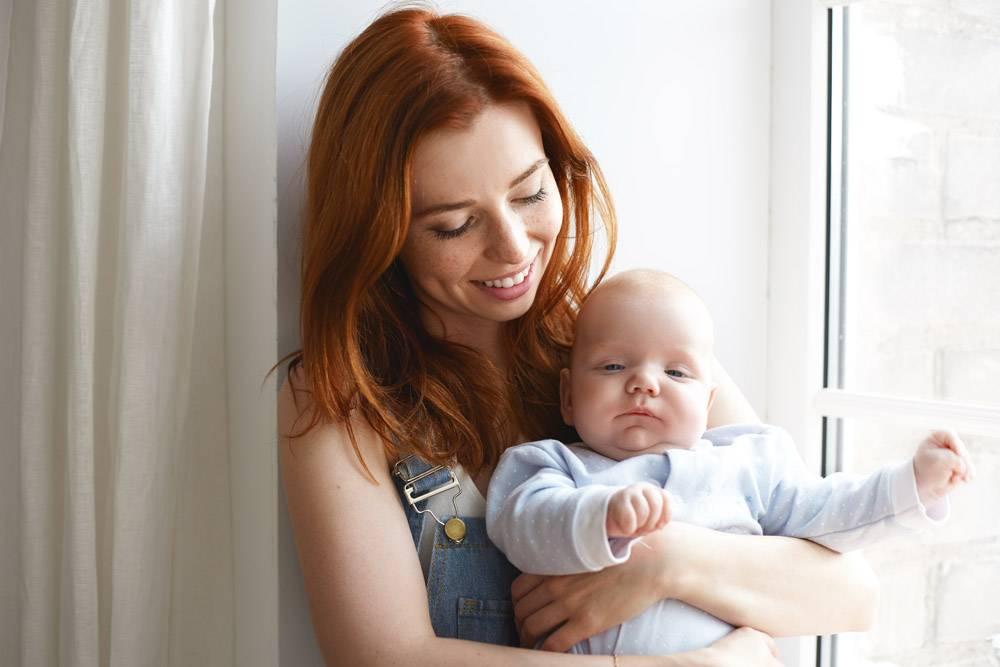 母亲和她的孩子在室内摆姿势_11193640