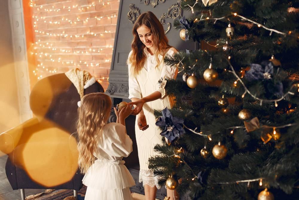 母亲带着可爱的女儿在家中靠近壁炉的地方_11243537