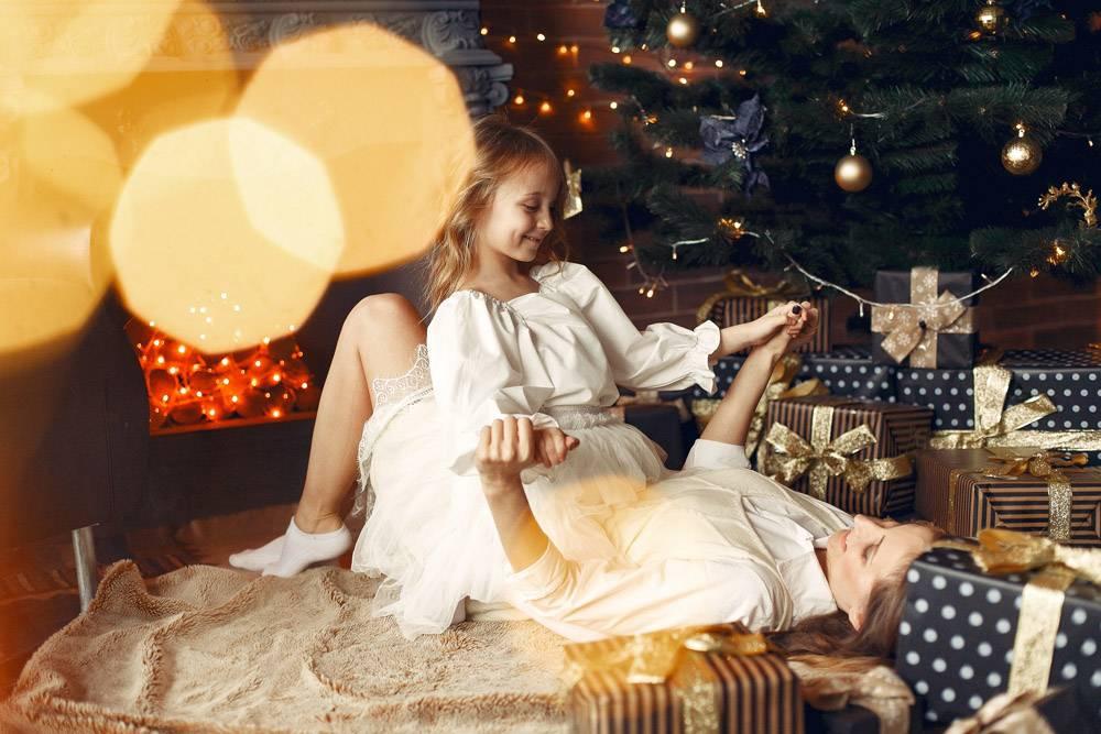 母亲带着可爱的女儿在家中靠近壁炉的地方_11243542
