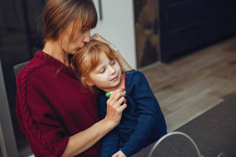 母亲在家里给女儿治病_3828019