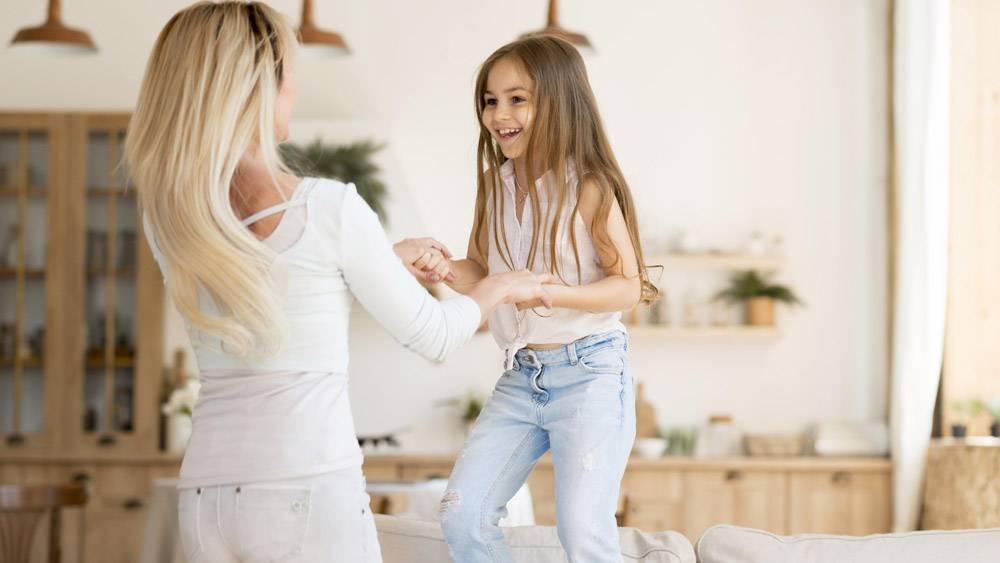 母亲在家里陪女儿玩耍_10604663