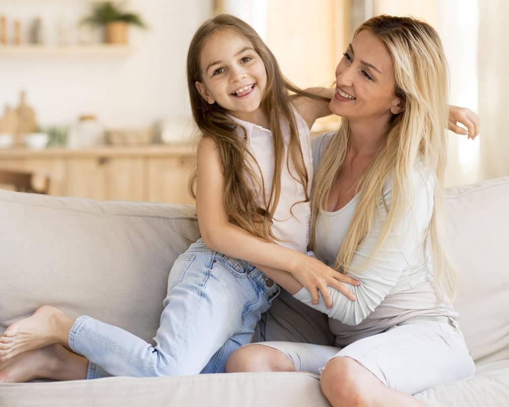 母亲在家陪可爱的女儿_10604660