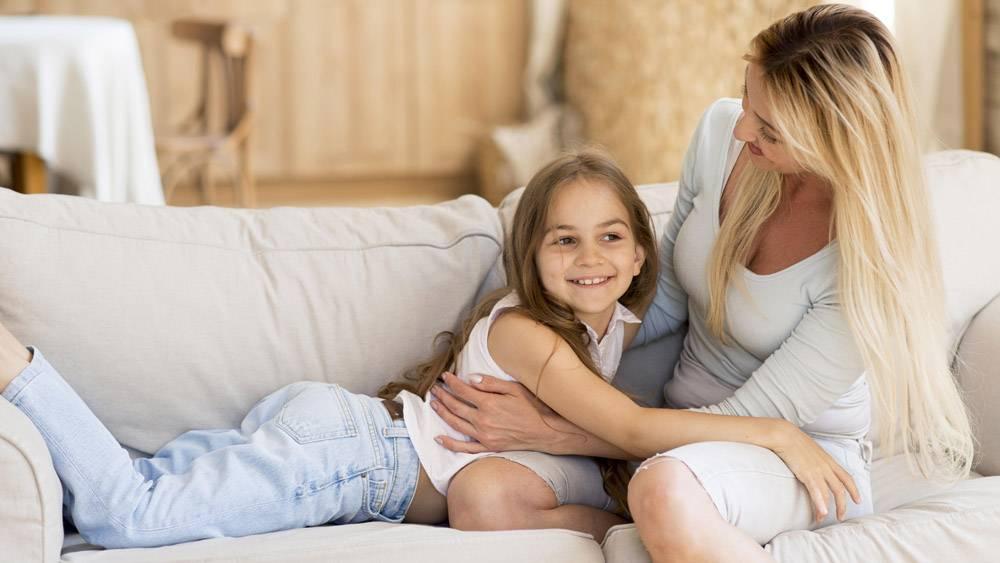 母亲在家陪女儿_10604652