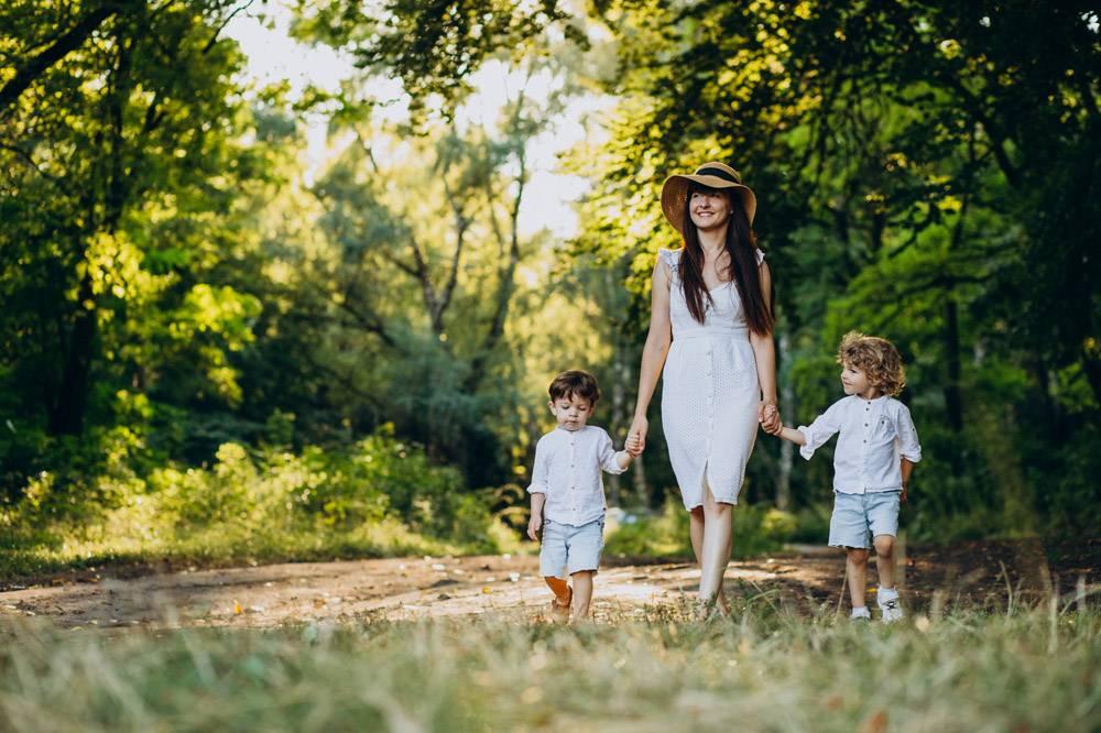 母亲带着两个儿子在公园里玩耍_10298755