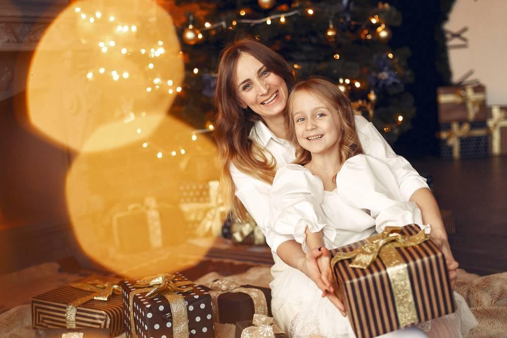 母亲带着可爱的女儿在家中靠近壁炉的地方_11243569