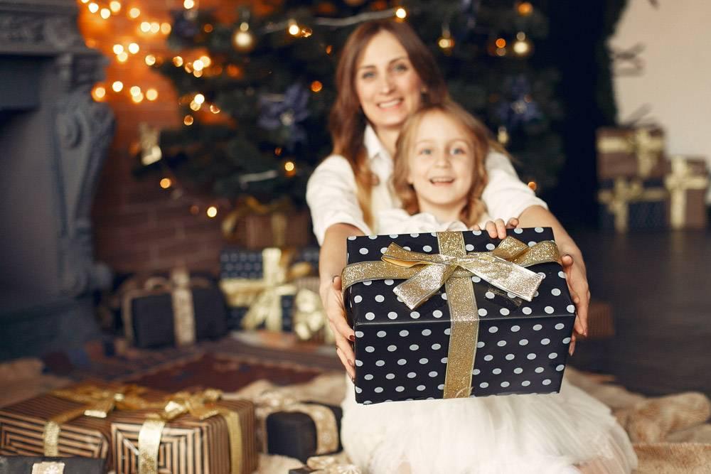 母亲带着可爱的女儿在家中靠近壁炉的地方_11243576