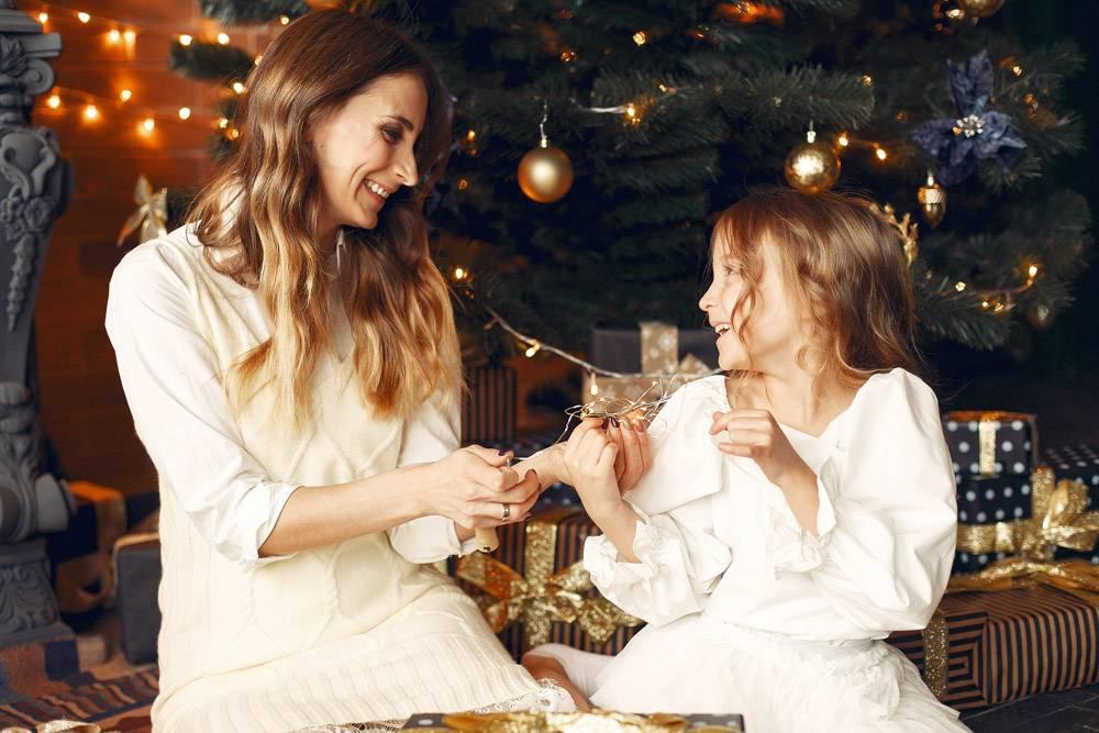 母亲带着可爱的女儿在家中靠近壁炉的地方_11243604