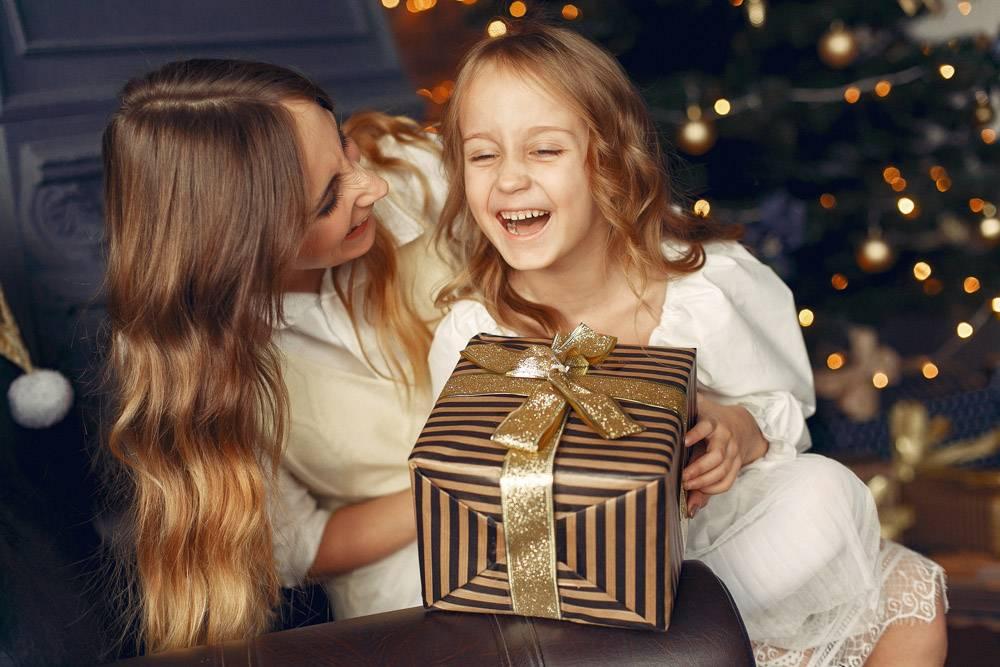 母亲带着可爱的女儿在家中靠近壁炉的地方_11243634