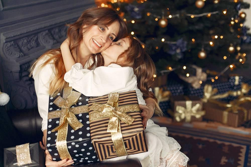 母亲带着可爱的女儿在家中靠近壁炉的地方_11243637