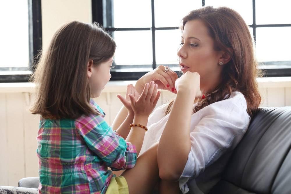 母亲带着女儿坐在沙发上_10446279
