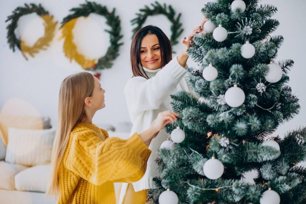 母亲带着女儿装饰圣诞树_11980667
