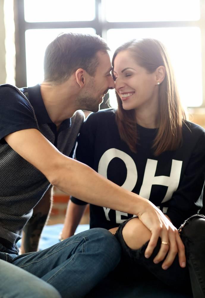 可爱的夫妇在家里共度时光_11015526