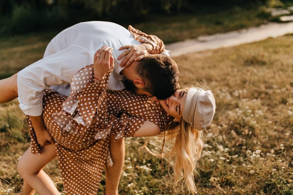一对情侣在公园里鬼混夫妻拥抱亲吻玩_12432387