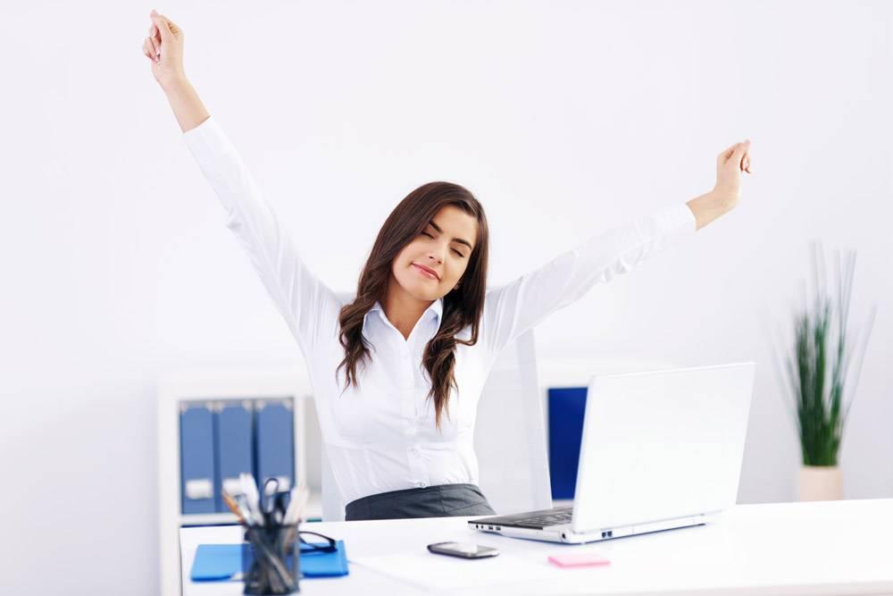 在办公室裸奔的年轻女子_12230896
