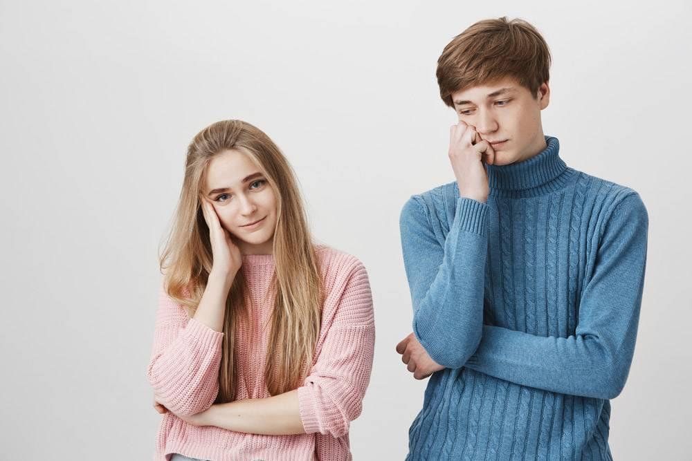 穿着五颜六色针织毛衣的心烦意乱的夫妇在他_9472895