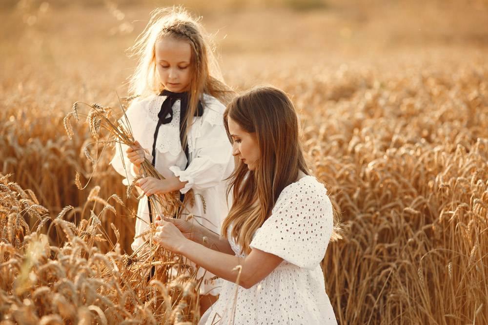 麦田里的一家人穿着白色连衣裙的女人戴_10164586
