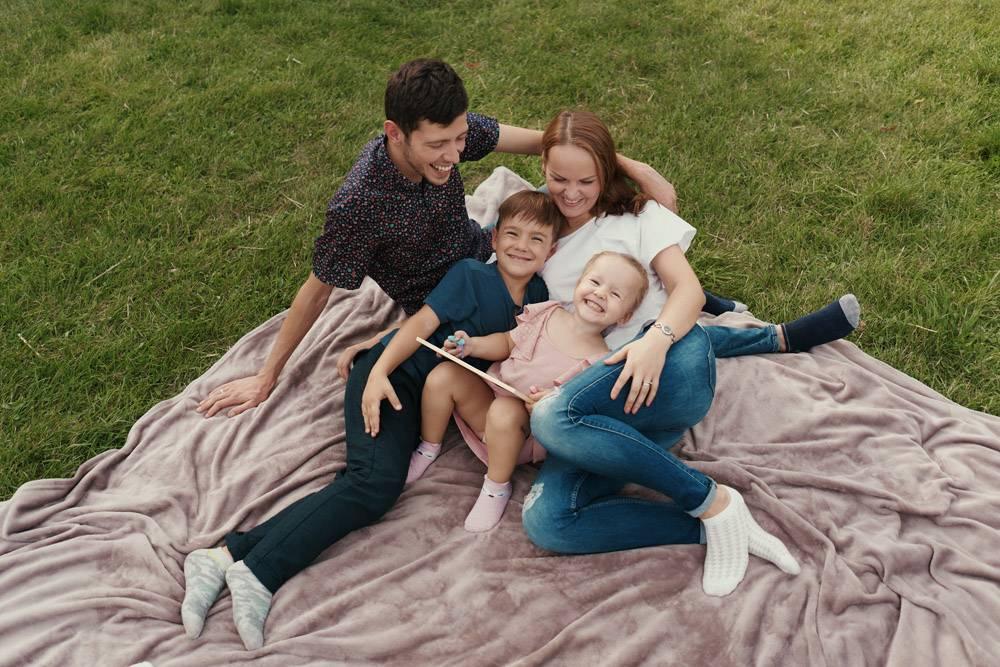 美丽的一家人在户外共度时光_7801165