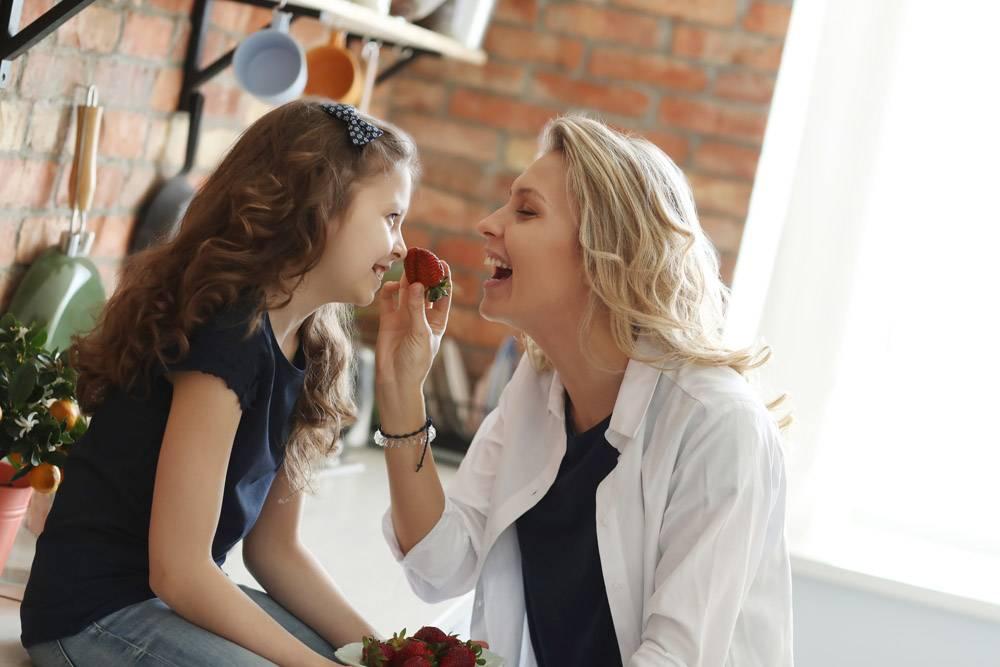 母女俩在厨房吃草莓_7785055