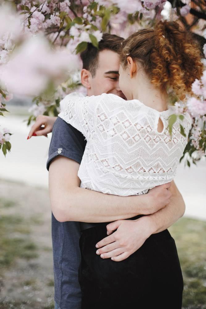 浪漫情侣在春暖花开的树下拥抱_8316095