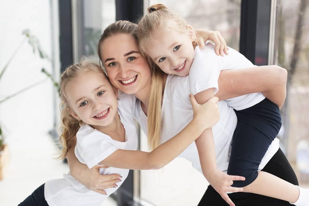 快乐的母亲在家里和女儿们合影_7435889