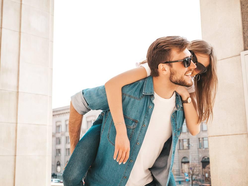 微笑的美丽女孩和她穿着休闲夏装的英俊男友_6629114