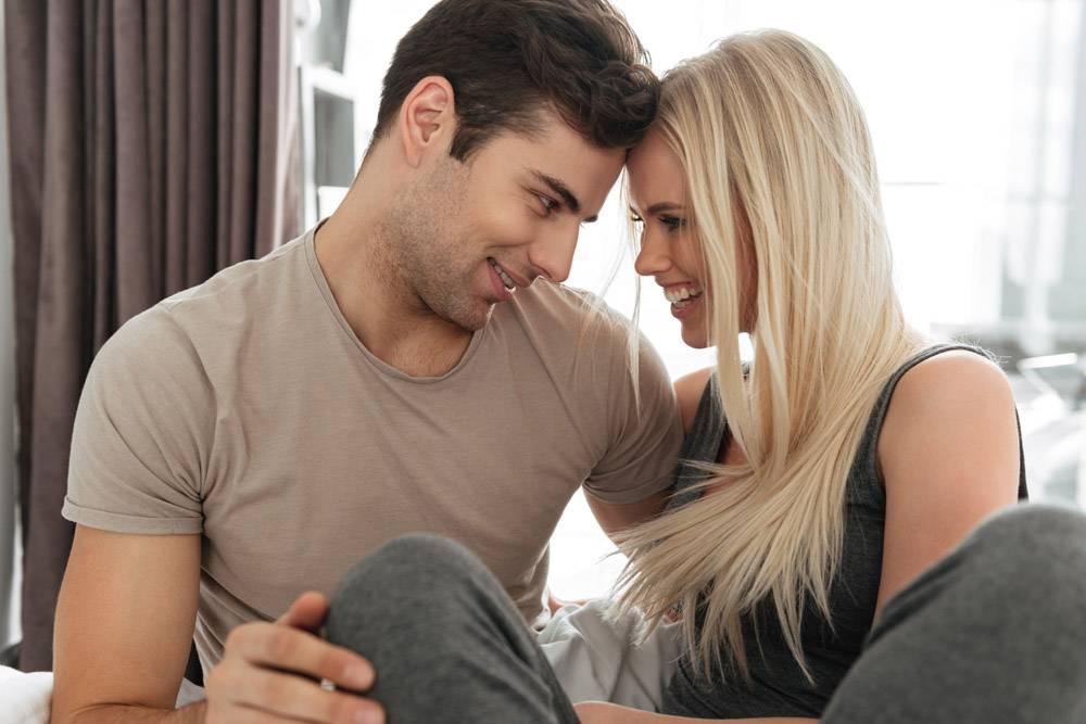 年轻男女在床上调情拥抱_6819621