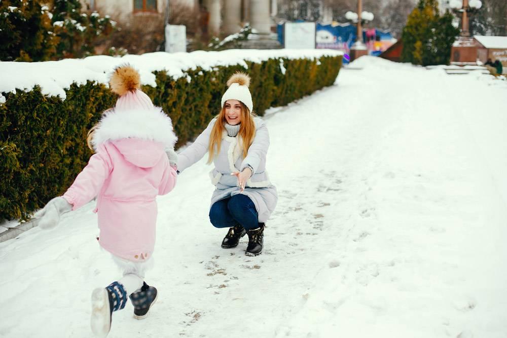 冬日公园里的母女俩_5558662