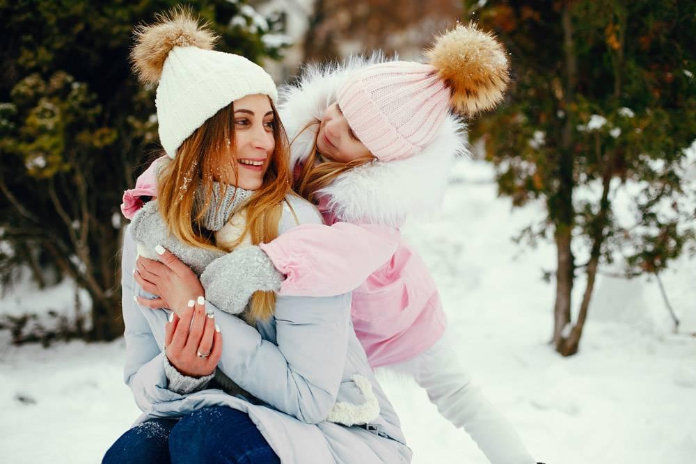 冬日公园里的母女俩_5558702