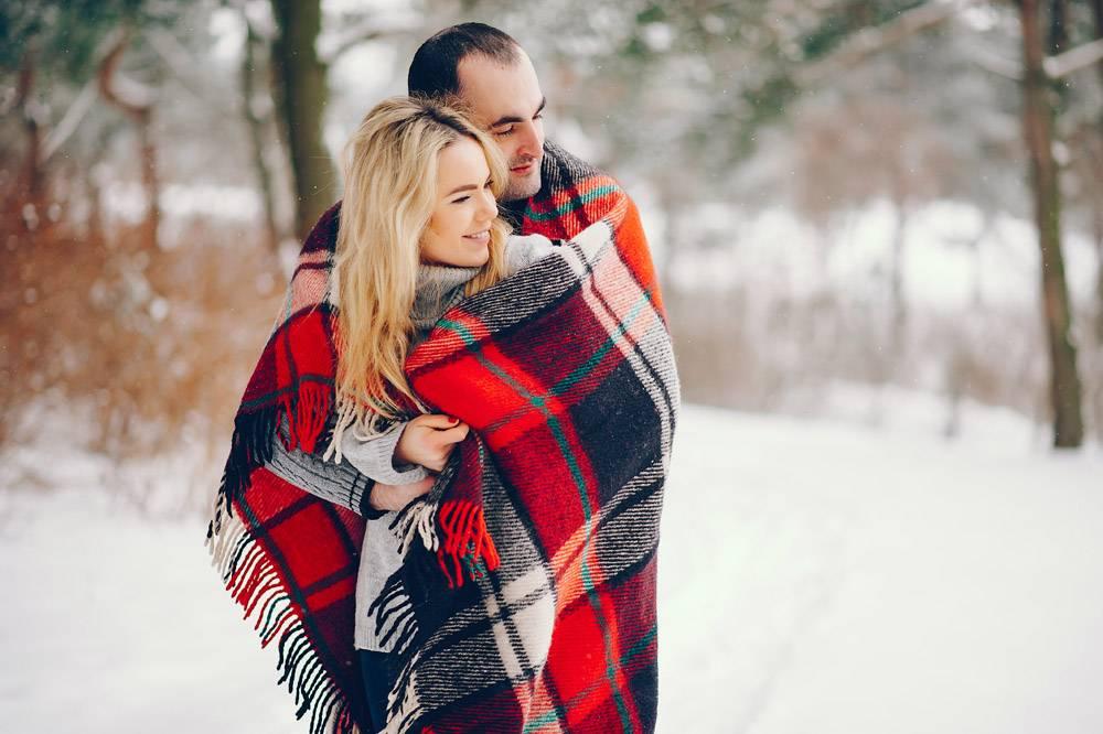 冬日公园里的美女和她的丈夫_5909780