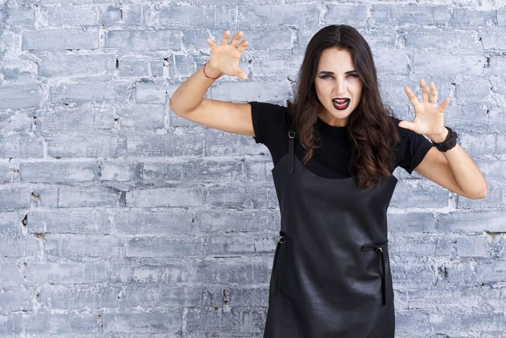 万圣节穿着黑色连衣裙的美女_5486362