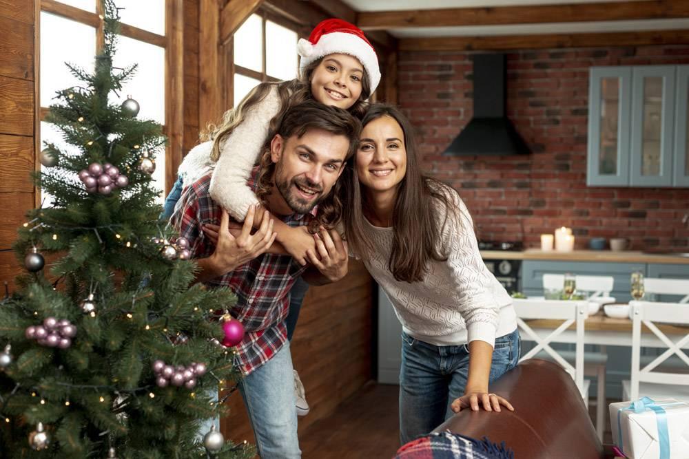 中景快乐的父母和孩子在室内摆姿势_5751160