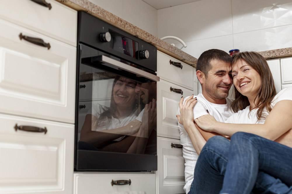 微笑的情侣在厨房拥抱_6363686