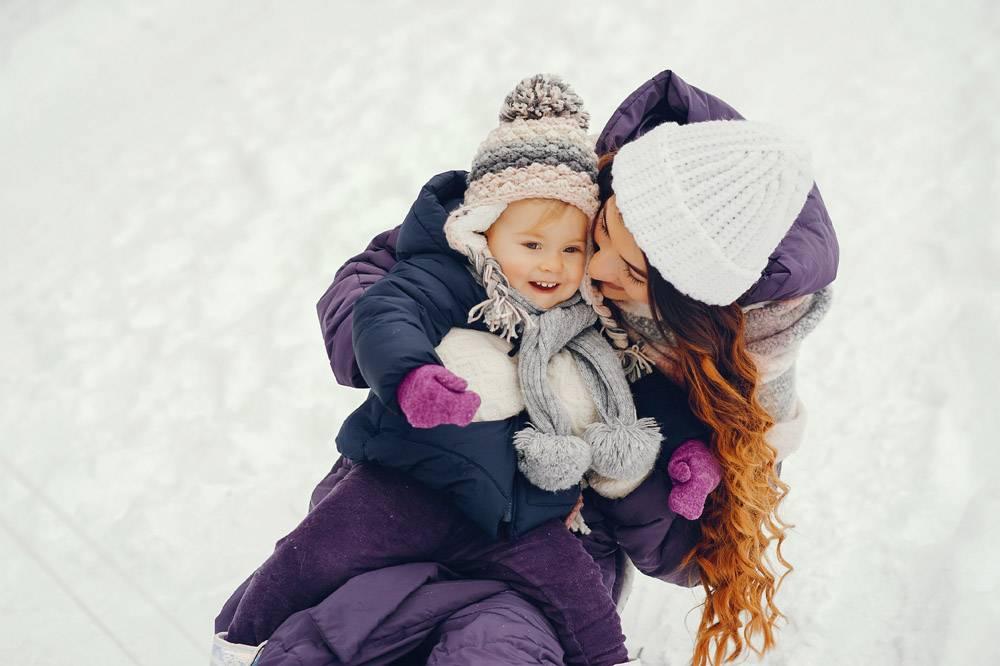 冬日公园里的母女俩_4062761