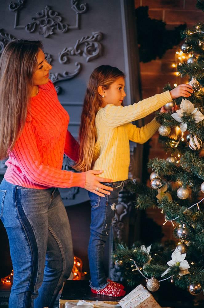 母亲带着女儿装饰圣诞树_3654201