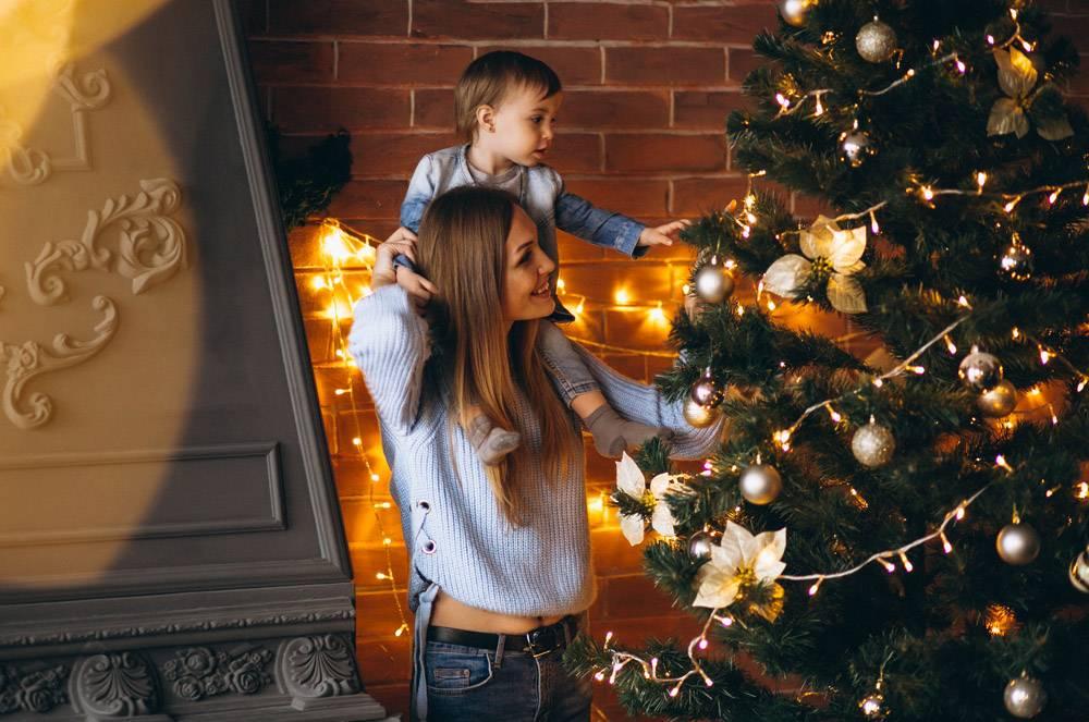 母亲带着小女儿装饰圣诞树_3655468