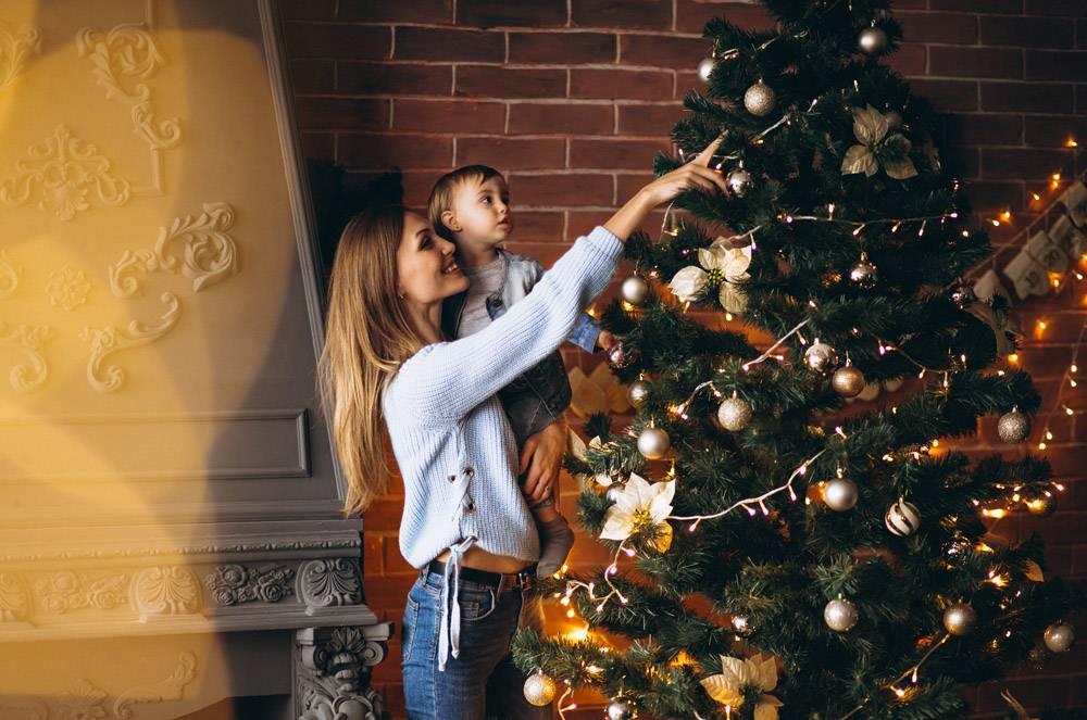 母亲带着小女儿装饰圣诞树_3655475
