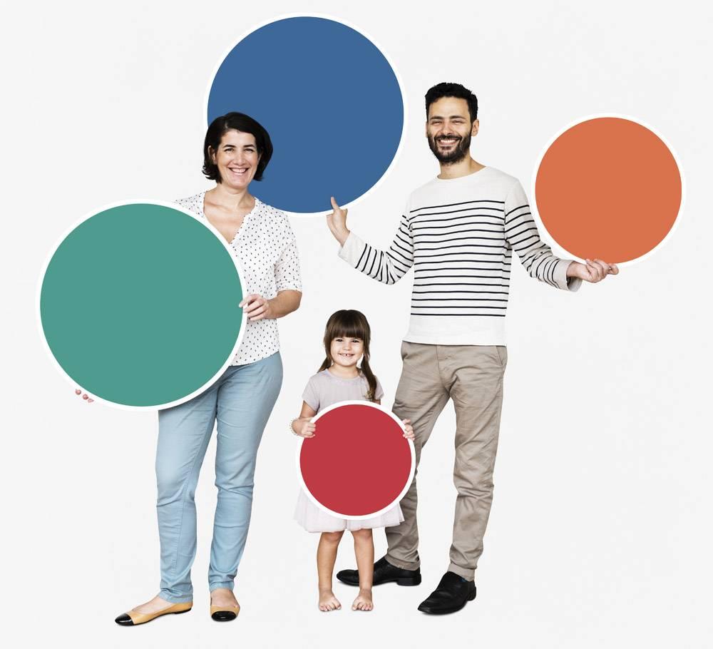 幸福的家庭拿着五颜六色的圆板_3278292