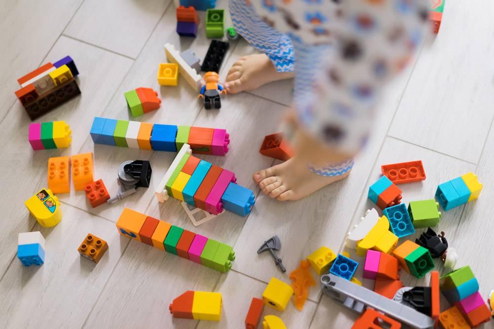 男孩和妈妈穿着五颜六色的建筑工具包玩耍_1537344