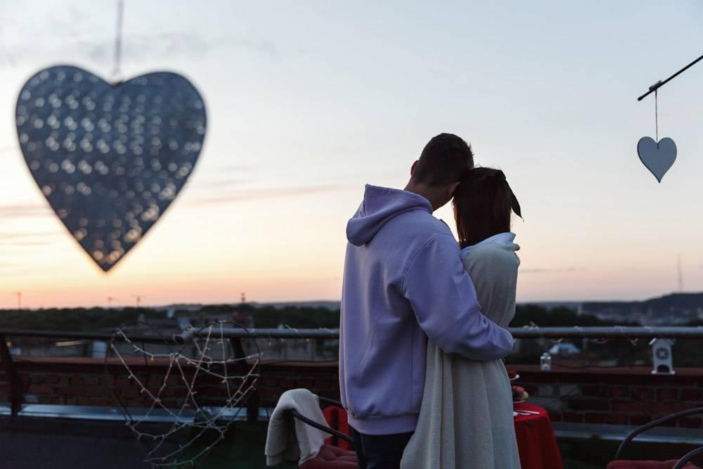 男孩和女孩温柔地拥抱在傍晚的阳光下站在屋_2612652