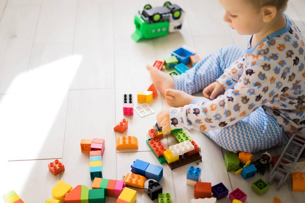男孩和妈妈穿着五颜六色的建筑工具包玩耍_1537333