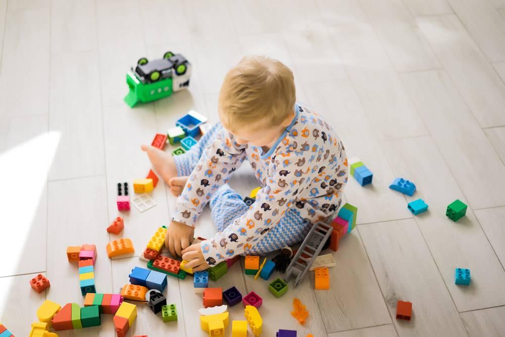 男孩和妈妈穿着五颜六色的建筑工具包玩耍_1537334