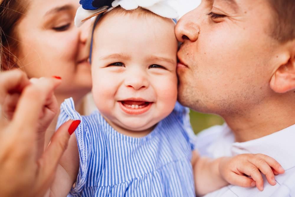 妈妈和爸爸亲吻穿着蓝色连衣裙的温柔微笑的_2437854